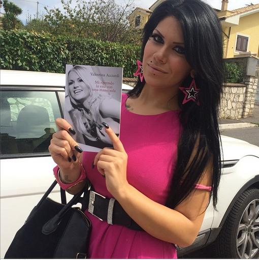 Mia Cellini con il libro di Valentina Acciardi